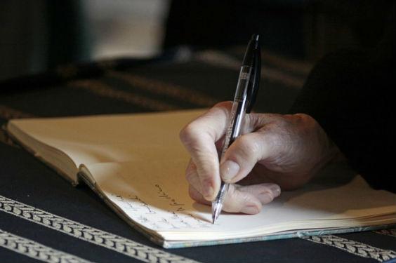 autor schreibt hand 7 564