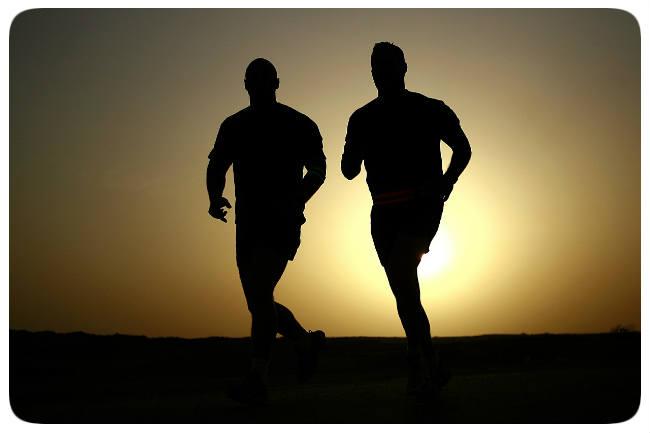 Menschen laufen